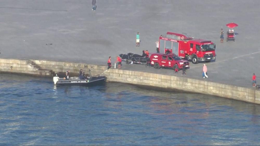 Bombeiros fazem buscas por helicóptero que caiu na Baía de Guanabara — Foto: Reprodução/GloboNews