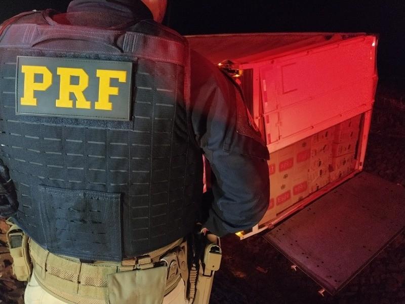 Homem é preso após tombar carreta com cigarros na BR-163 em Bela Vista