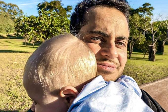 Thammy Miranda e seu filho fazem parte de campanha #meupaipresente da Natura (Facebook/Reprodução)