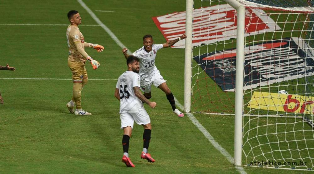 Vitinho comemora o primeiro gol do Furacão. (Divulgação/Athletico)