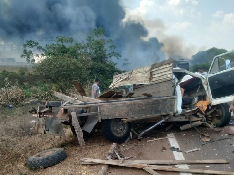 Caminhões explodem após batida e dois morrem