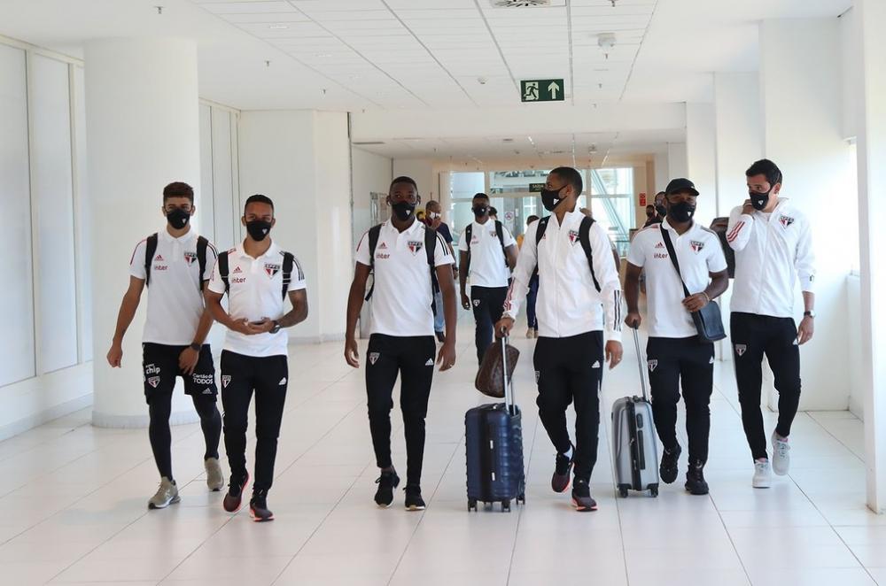 Jogadores do São Paulo embarcam para Belo Horizonte — Foto: Rubens Chiri/SPFC
