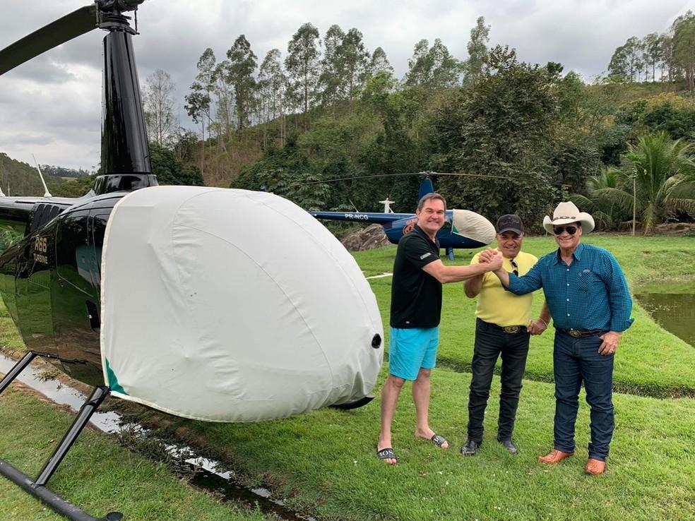 Helicóptero usado pela dupla Gino & Geno (ao fundo), em foto de 2019 publicada em rede social da dupla — Foto: Reprodução/Redes sociais