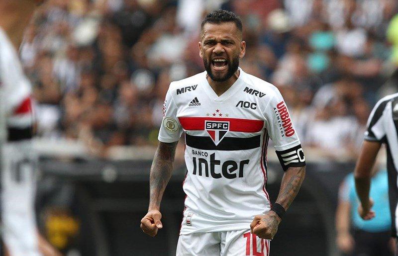 Daniel Alves com a camisa são-paulina. (Divulgação / Twitter São Paulo)