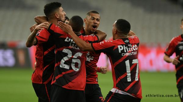 Jogadores do Athletico comemoram gol sobre o Colo-Colo, na Arena (Foto: Divulgação/Athletico.com.br)