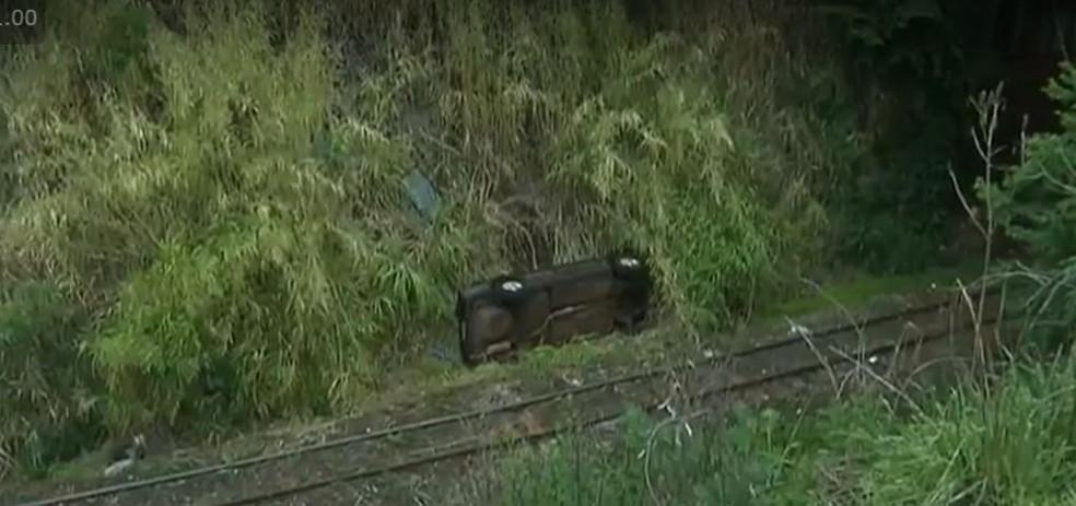 Carro caiu de barranco, em Londrina — Foto: Reprodução/RPC
