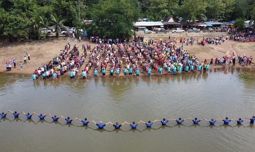 Mais de 1.435 pessoas de aldeias da Tailândia foram batizadas em um único dia. (Foto: Reach a Village)