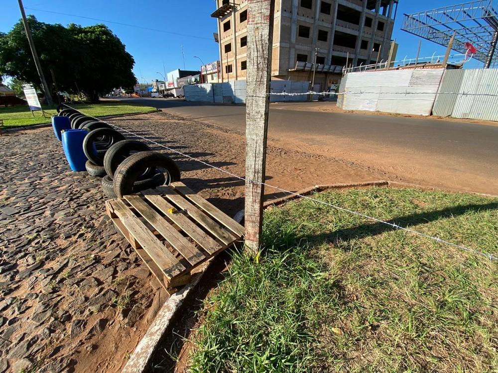 Arame em meio a pneus e tambores na fronteira Brasil - Paraguai — Foto: Martim Andrada/ TV Morena