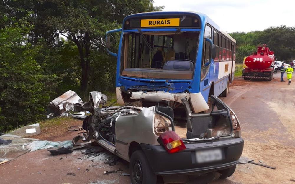 Carro bateu de frente com ônibus entre Sertãozinho, SP, e o distrito Cruz das Posses — Foto: Luciano Tolentino/EPTV