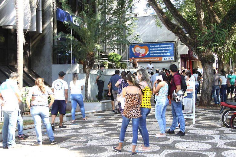 Muita gente ainda estava na fila de banco sem máscara em Umuarama nesta terça-feira