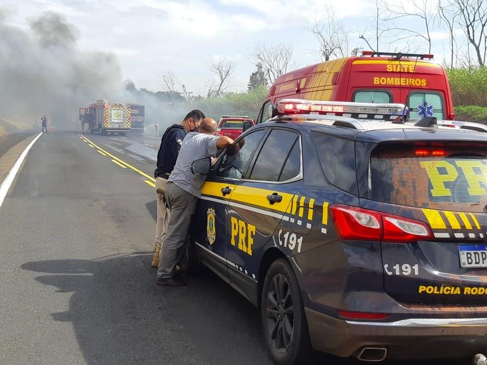Dois caminhões pegaram fogo após batida na BR-376, em Paranavaí — Foto: PRF/Divulgação