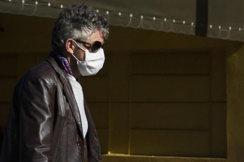 Homem veste máscara contra o coronavírus no Paraná. (Vinicius do Prado/Agência F8/Folhapress)
