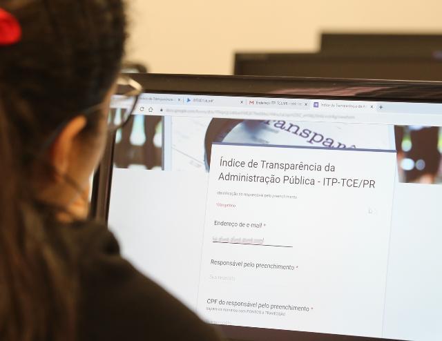 Estudante de Direito da Universidade Positivo avalia portal de prefeitura do Paraná para apurar o Índice de Transparência da Administração Pública (ITP). Foto: Wagner Araújo/Divulgação TCE-PR