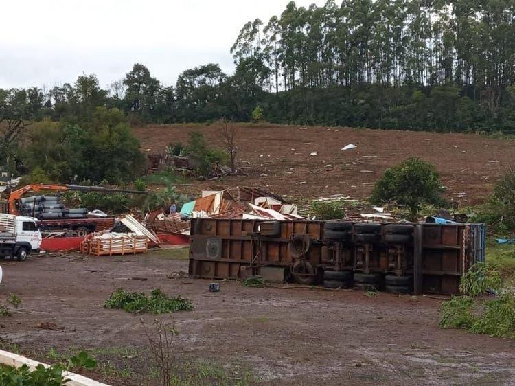 Possível tornado causa destruição e deixa desalojados no Oeste de Santa Catarina
